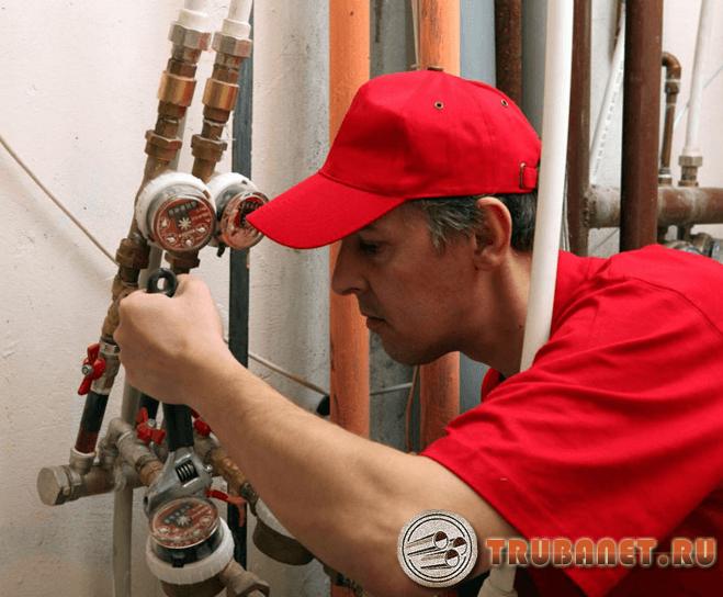 Поломка водопровода мужчина ремонтирует фото