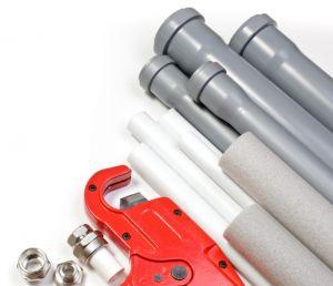 Фото: Трубы для водопровода и канализации фитинги и газовый ключ