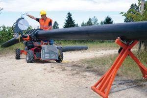 Фото - соединение пластиковых трубопроводов сваркой при монтаже магистрального водопровода