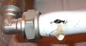 Фото: течет труба отопления что делать