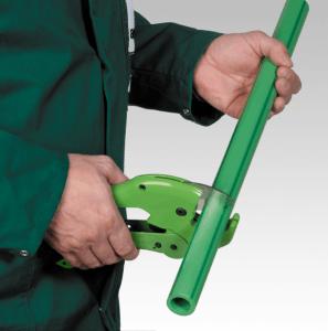 Фото: труборез режет полипропиленовую трубу