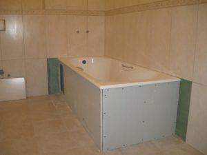 Фото – Подиум из гипсокартона в ванной комнате – отличный способ скрыть инженерные коммуникации в ванной комнате.