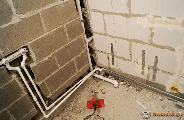 Фото: как скрыть водопровод в стене