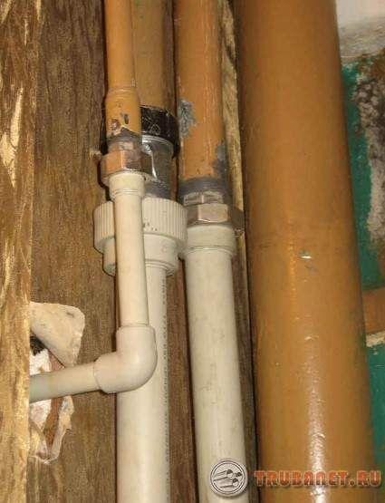 фото: Cоединение металлической трубы с полипропиленовой