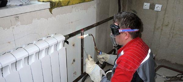 Фото – монтаж отопления в частном доме металлическими трубами