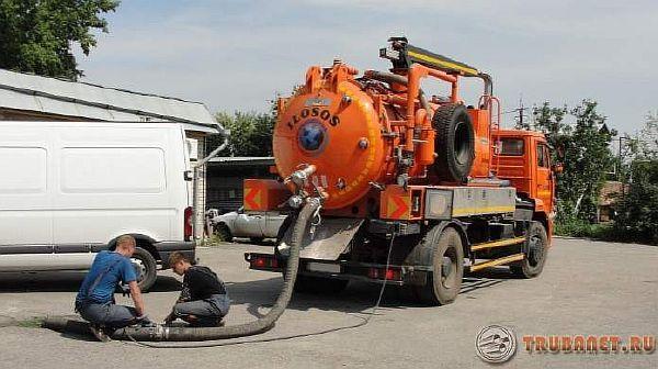 фото: прочистка канализационных колодцев илососом