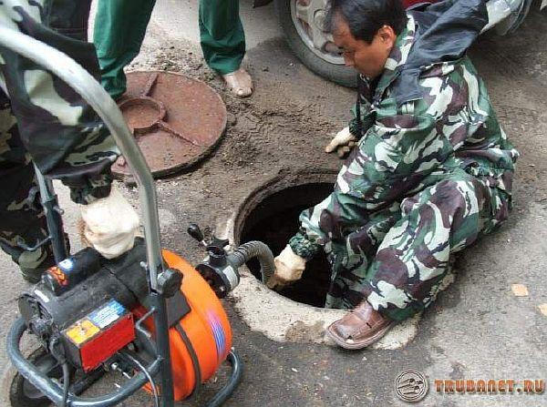 фото: Очистка канализационных колодцев