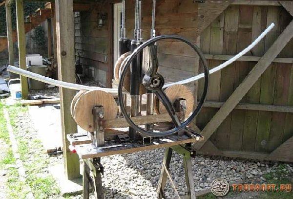 гнем трубу домашним деревянным устройством