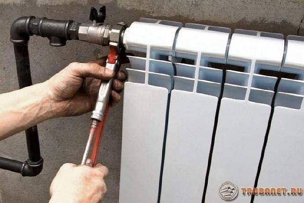 фото: металлические трубы для отопления и радиаторы