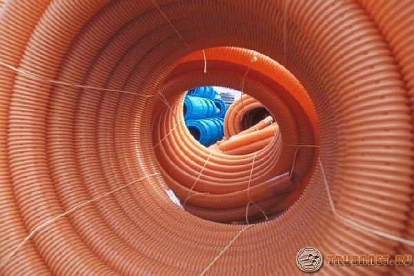 фото: цветные бухты пластиковых трубопрокатов