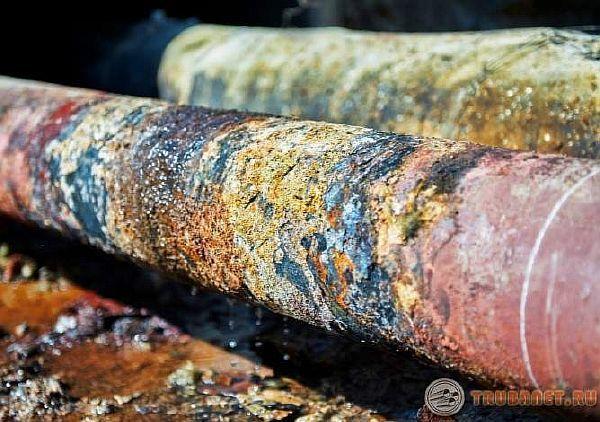 фото: причины протекания водопроводных трубопроводов под давлением