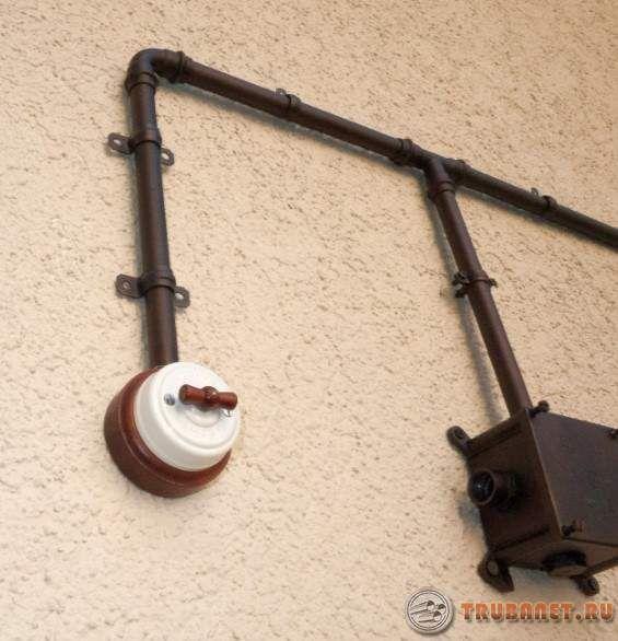 фото: проводка в трубках от выключателя