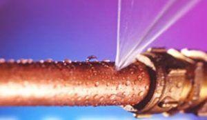 фото: водопроводная труба под давлением протекает