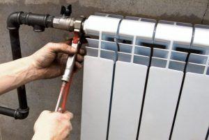 фото: Радиаторы отопления и железные трубопроводы