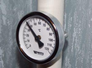 Фото: Биметаллический термометр для обогревательного трубопровода в доме
