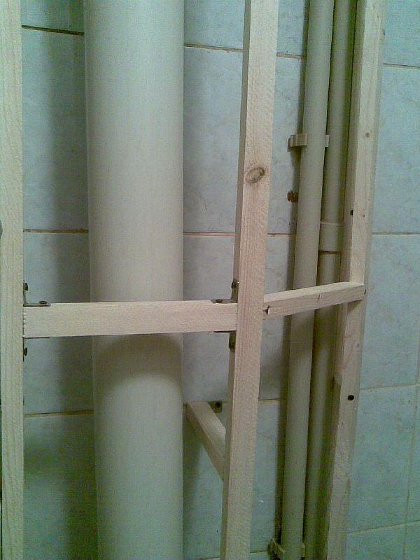 Фото: Монтаж пластикового короба для сокрытия канализационного трубопровода