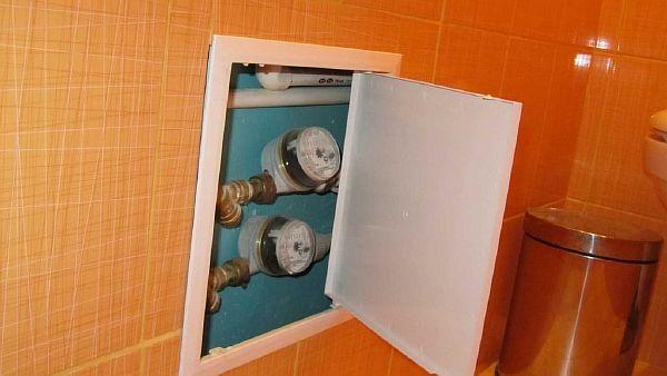 Фото: люки для доступа к трубопроводу в пластиковых вагонок в туалете