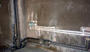 Фото – прячем трубы в стене