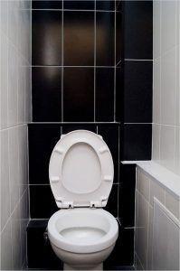 Фото: туалет с зашитыми пластиковыми панелями трубками канализации