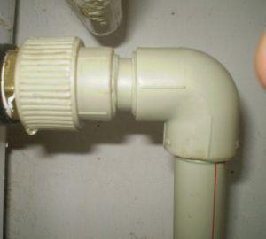 Фото: угловые соединения для пластиковых трубопроводов