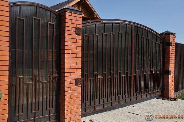 Фото: 7. Использование сотового тонированного поликарбоната для оформления ворот