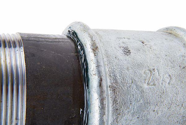 Фото 1. Герметик на резьбовом соединении труб