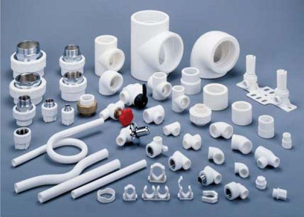 Фото 1. Разнообразие фитингов для пластиковых труб