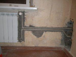 Фото 2. Скрытая прокладка обогревательной системы в стене
