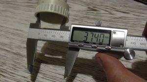 фото: измерение диаметра трубопровода штангенциркулем