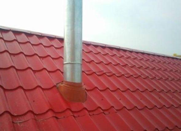 Фото - проход трубы через крышу из металлочерепицы