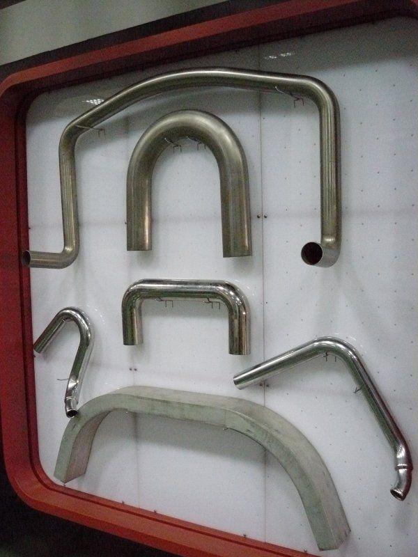 Фото - согнутые железные трубопрокатные материалы