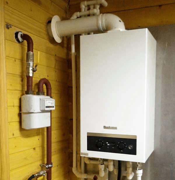Фото: котел на газе висит на стене