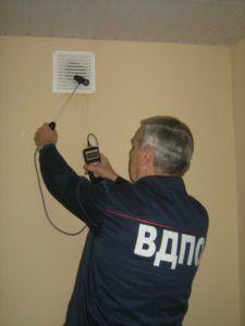 Фото: проверка естественной вентиляции в доме