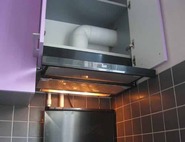 Фото: пластиковый воздуховод, вмонтированный в шкаф