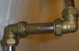Фото: стыки труб, требующие герметизации