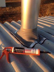 Фото: для работы с термогерметиком удобно использовать строительный пистолет
