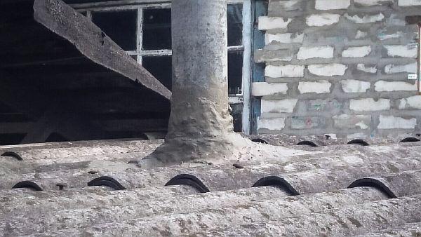 Фото: изоляция места соединения крыши с трубой из нержавейки с использованием цемента