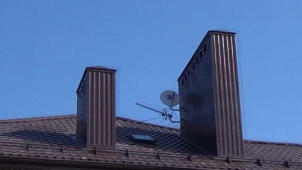 Фото - пример использования металлопрофиля для обшивки дымохода.