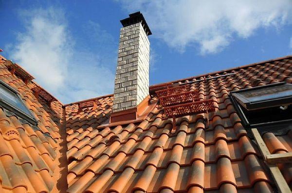 Фото - пример использования плитки для обшивки каминной дымоходной трубы.