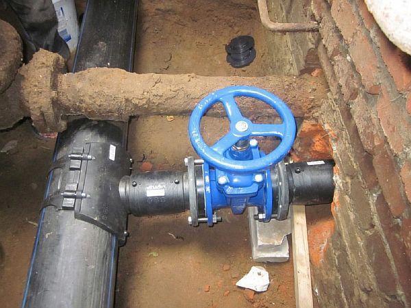 Фото – Водопроводные задвижки для перекрытия трубы