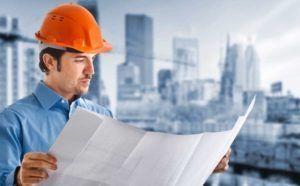 инженер рассматривает проектную документацию