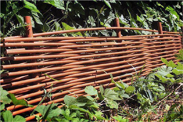 Фото – плетень из пластиковых труб