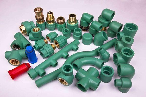 Фото – фитинги для полипропиленовых труб, в том числе переходные на металл для водопровода