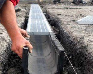 Фото – монтаж канала ливневки загородного дома из пластиковых деталей