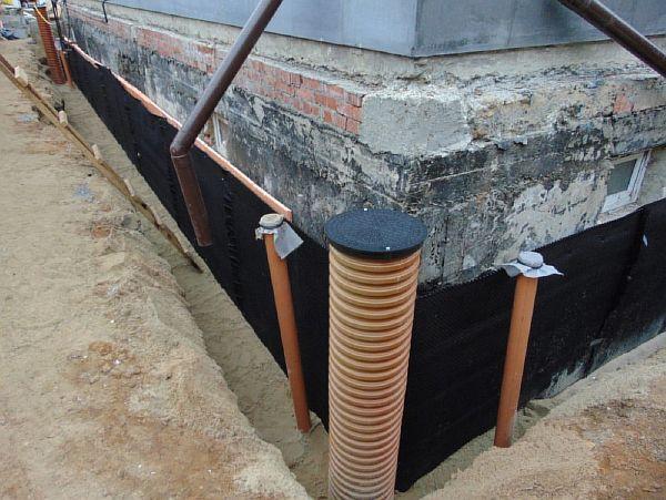 Фото – устройство пристенной ливневой канализационной системы загородного дома