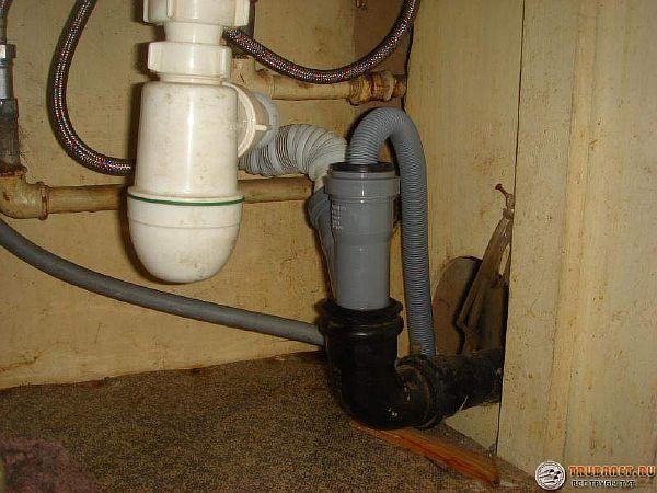 Фото – подключение слива к трубе канализации