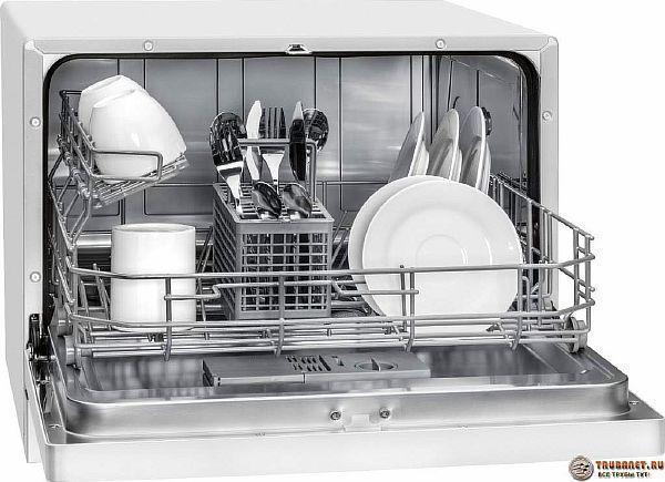Фото - посудомойка с грязной посудой на кухне