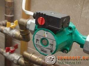 Фото – циркулярный насос в системе отопления загородного дома с терморегулятором