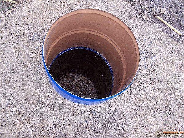 Фото – выгребная яма с бочкой