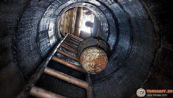 Фото - очистка ведром выгребной ямы